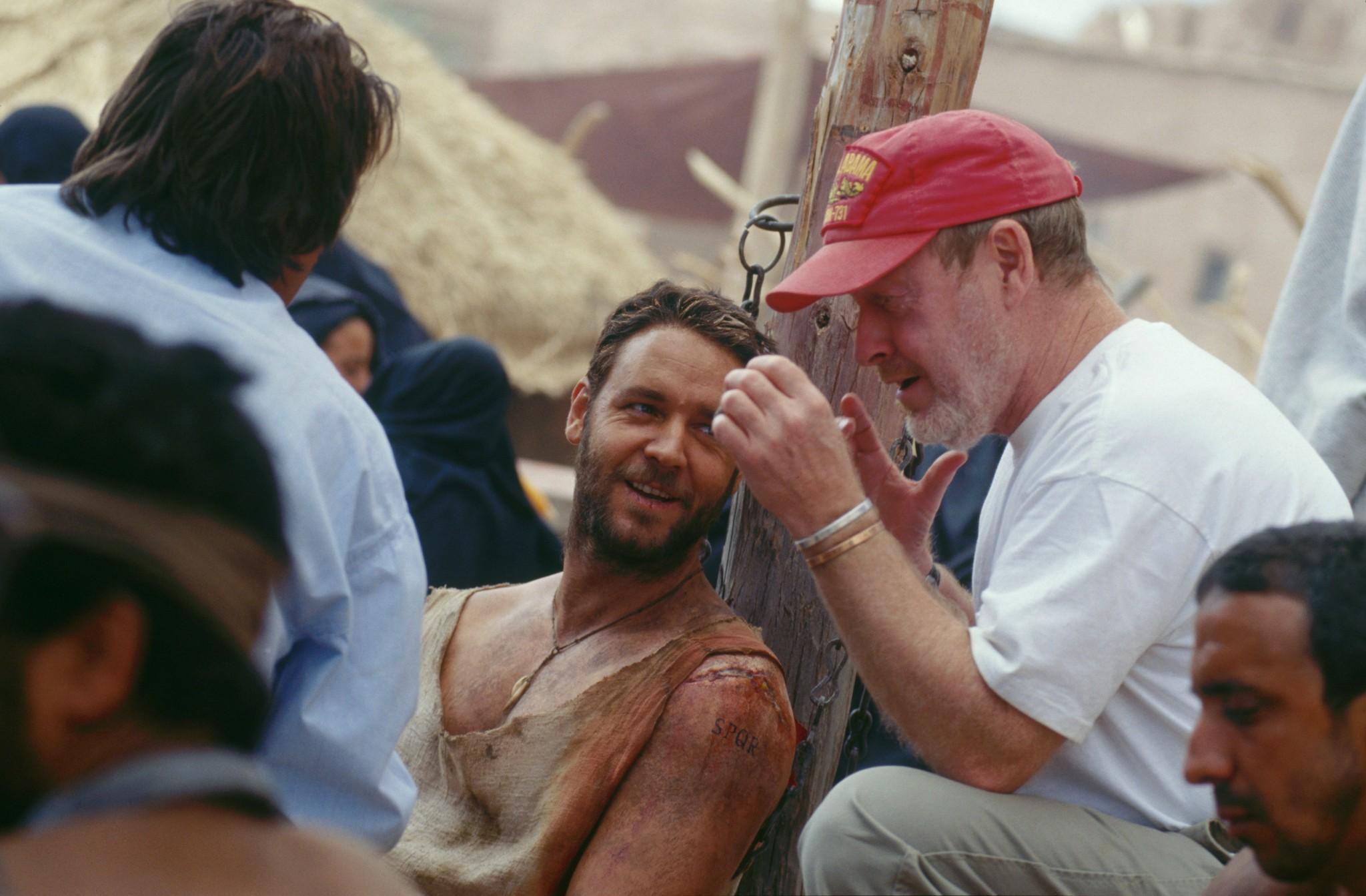 russell-crowe-and-ridley-scott-in-gladiatorul-2000--large-picture